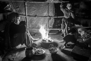 Before the return of their parents, Saru and her brothers cook the evening meal with rice, lentils and, on a good day, vegetables.